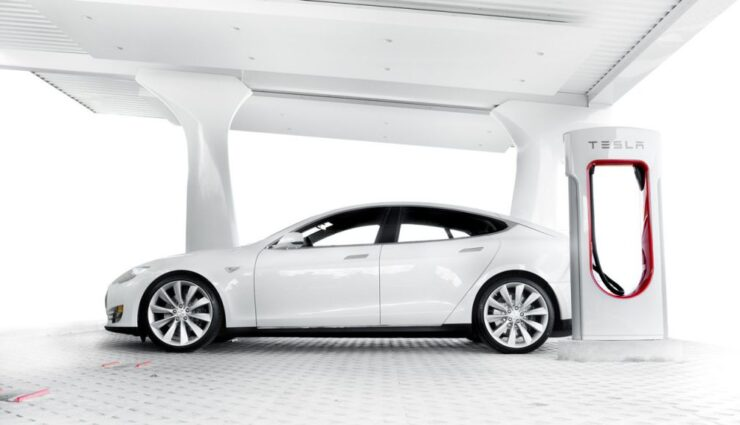 Tesla: Erste Batteriewechsel-Station kommt bald und Entwicklung eines Autopilots