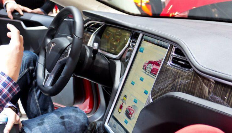 Technikexperten nehmen Armaturenbrett des Tesla Model S auseinander