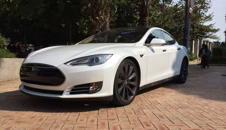 Model S-Besitzer spricht über höhere Kosten für neue Reifen als für die Aufladung