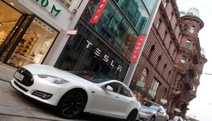 Elon Musk twittert über Tesla-Aktie und Batteriewechselstation