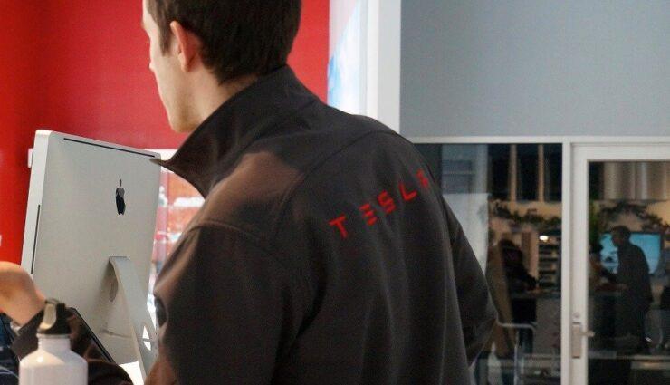 Tesla Motors stellt ehemalige Apple-Mitarbeiterin für die Personalbeschaffung ein