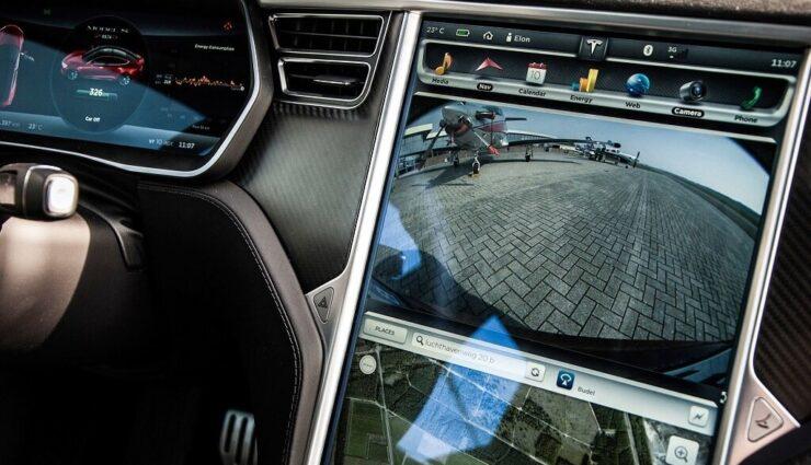 Tesla Motors möchte Apps von Smartphones auf das Touchscreen-Display der Fahrzeuge projizieren