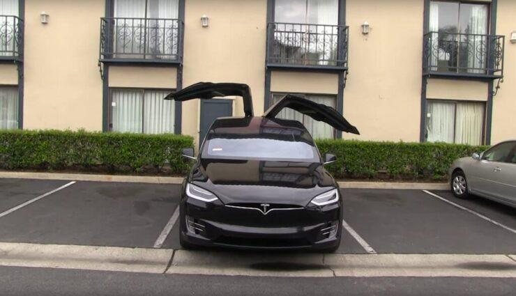 """Tesla Model X: Falcon-Wing-Türen schützen mit """"Umbrella Mode"""" noch besser vor Wettereinflüssen"""
