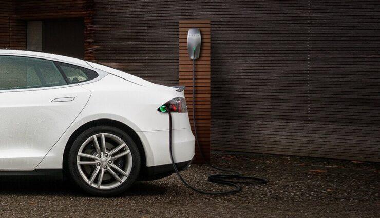 """Tesla führt neuen und günstigeren Wall Connector mit """"Power sharing""""-Funktion ein (Update)"""