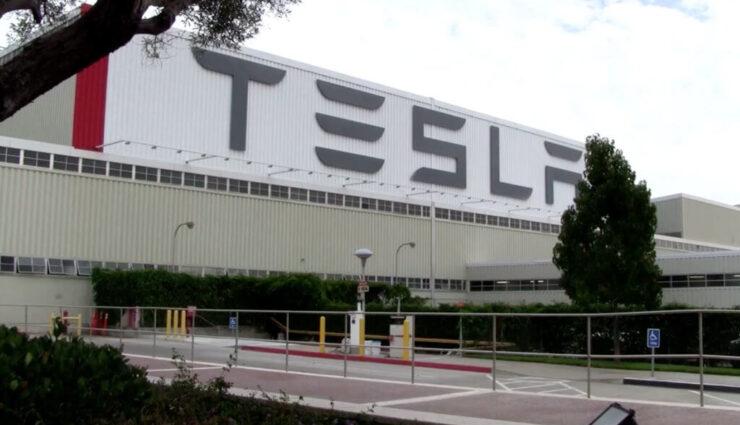 Tesla wehrt sich gegen Vorwürfe, ausländische Arbeitskräfte als billige Fabrikbauer zu beschäftigen