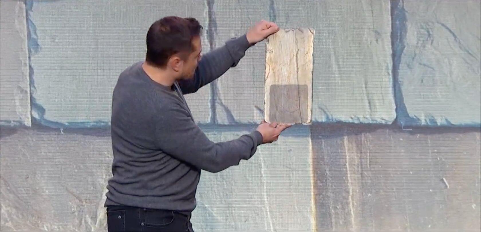 Elon Musk zeigt einen Solar-Dachziegel aus der Vogelperspektive. Nur so kann man die Solarzelle sehen.