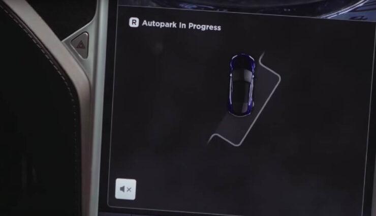 Paralleles Einparken dank Update auch mit dem verbesserten Autopiloten möglich