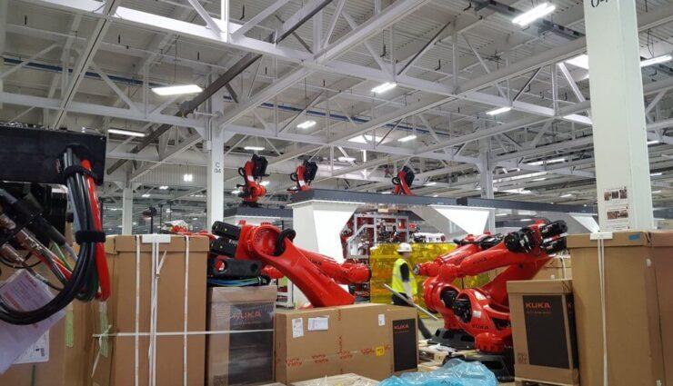 Tesla hat mehrere hundert Roboter für die Model 3 Produktionsstraße geliefert bekommen