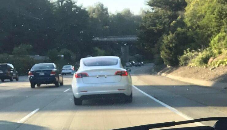 Model 3 erstmals mit weißer Lackierung erblickt, neues Video eines blauen Testfahrzeugs