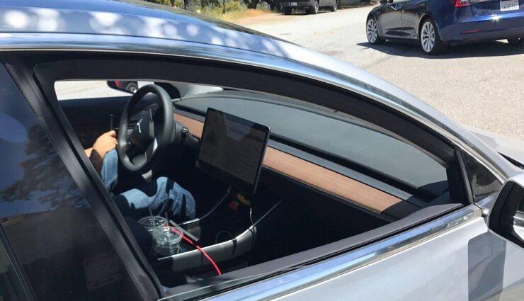 Neue Fotos eines silbernen Model 3, inklusive guter Einblick in das Interieur