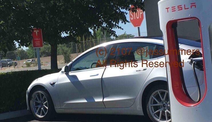 Erstes Bild vom Tesla Model 3 beim Ladevorgang am Supercharger aufgetaucht