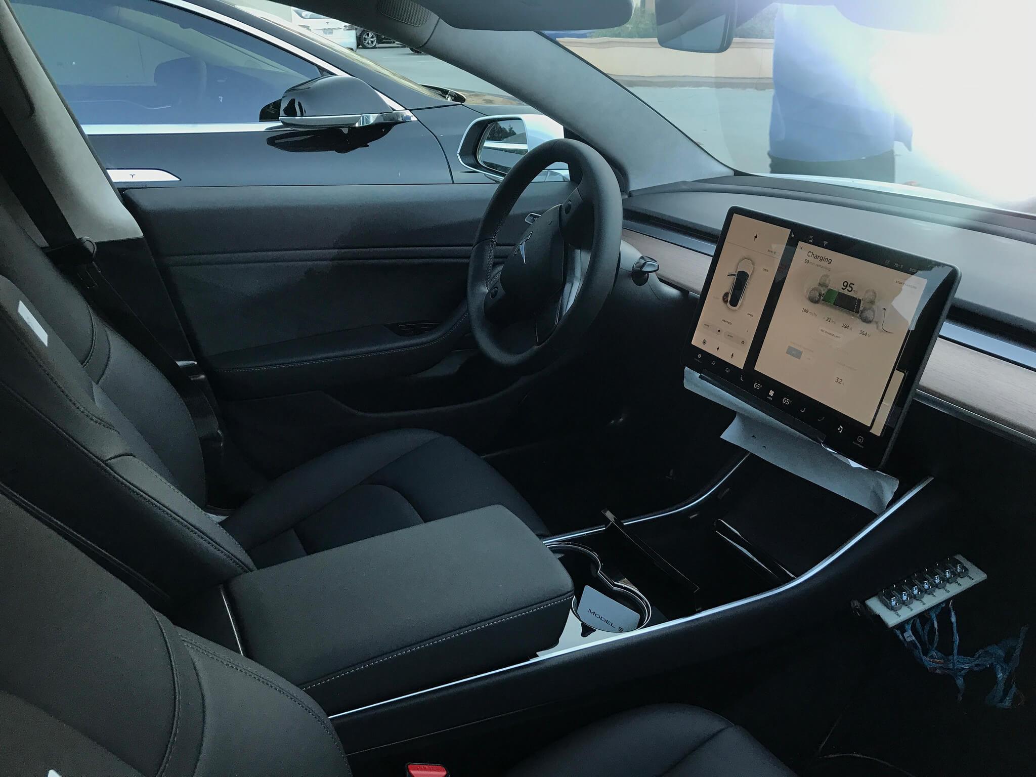 Model 3 neue fotos geben weitere einblicke u a auf for Interieur tesla