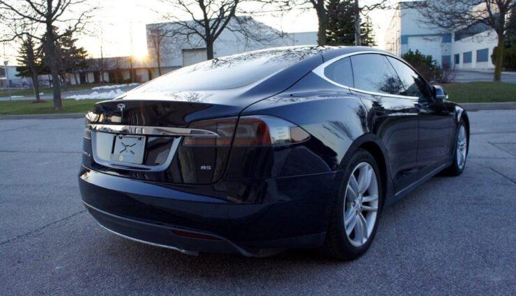 Tesla liefert erneut 85 kWh-Akkupakete aus, jedoch mittels Software auf 75 kWh limitiert