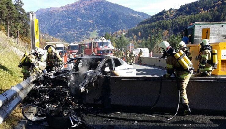 Österreich: Feuerwehr hält Löscharbeiten eines brennenden Model S im Video fest