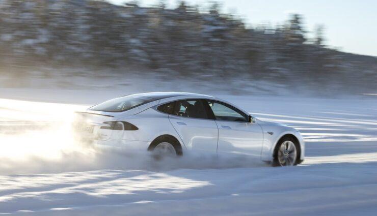 Tesla arbeitet an Batterie-Vorheizfunktion, um Effizienz bei kaltem Wetter zu verbessern (Update)
