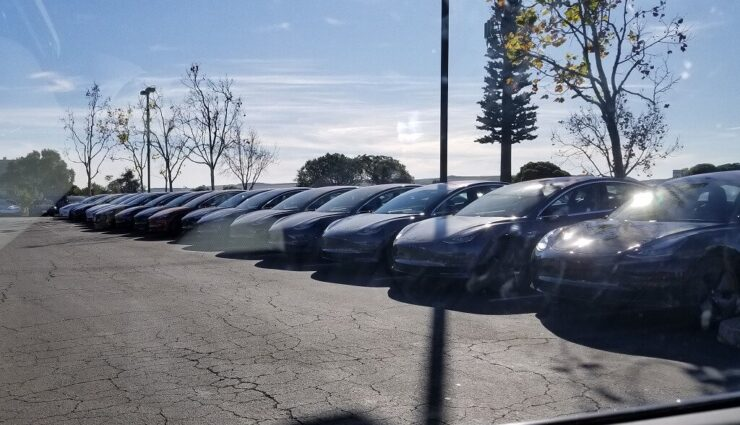 Mehr als 100 Tesla Model 3 stehen in Fremont zur Auslieferung bereit