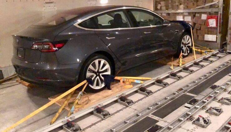 Zwei Tesla Model 3 per Luftfracht auf dem Weg nach Deutschland