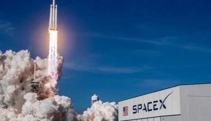 SpaceX startet nächste Woche Satelliten für globales Internet, Tesla erhält Bodenstation