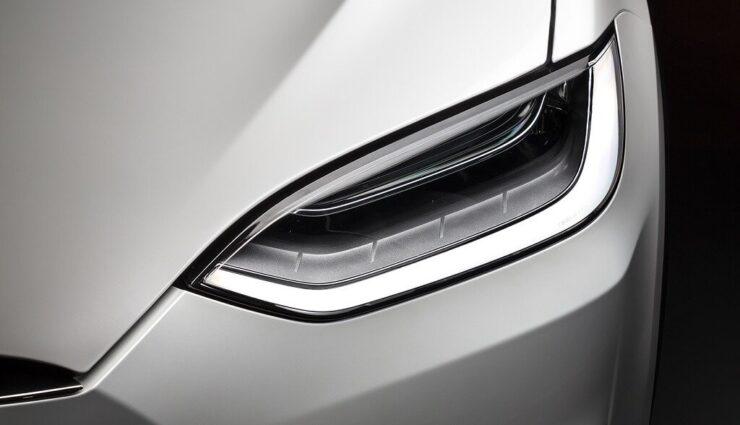 Tesla rüstet fehlendes dreistufiges, dynamisches LED-Abbiegelicht bei entsprechenden Kunden nach
