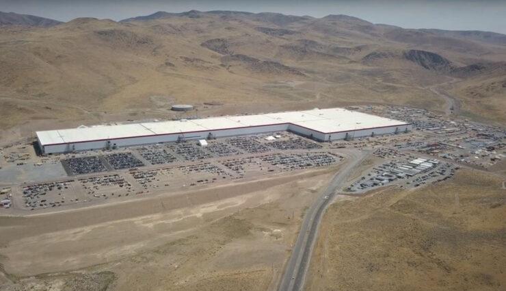 Tesla beginnt das Dach der Gigafactory 1 mit Solarmodulen zu bestücken