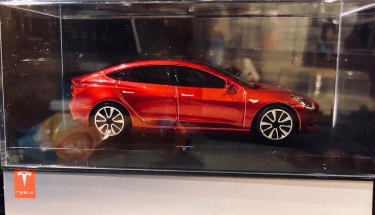 Ein solches Model 3-Modellauto erhalten alle Kunden, die bei der Reservierung lange anstanden