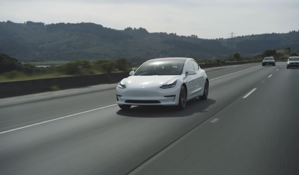 Musk auf Twitter: Rotes Interieur ab 2019, Model 3 Leasing-Optionen ...