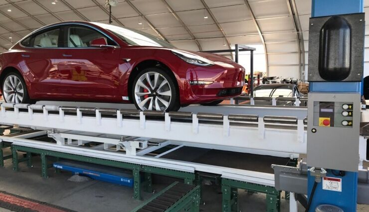 """Neue """"Zelt""""-Montagelinie sei """"viel besser"""" als die herkömmliche Fabrik, sagt Musk"""