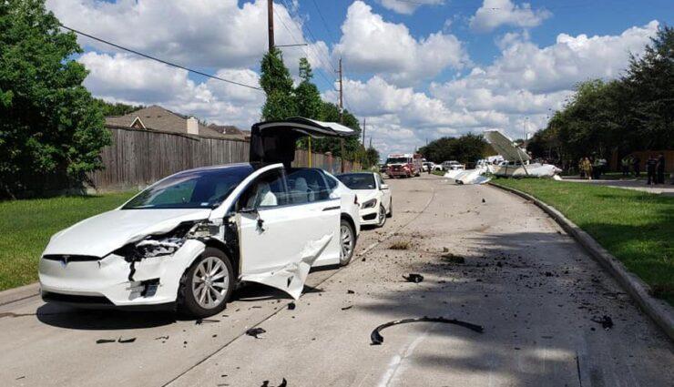 Flugzeug crasht in Tesla Model X – Insassen bleiben unverletzt