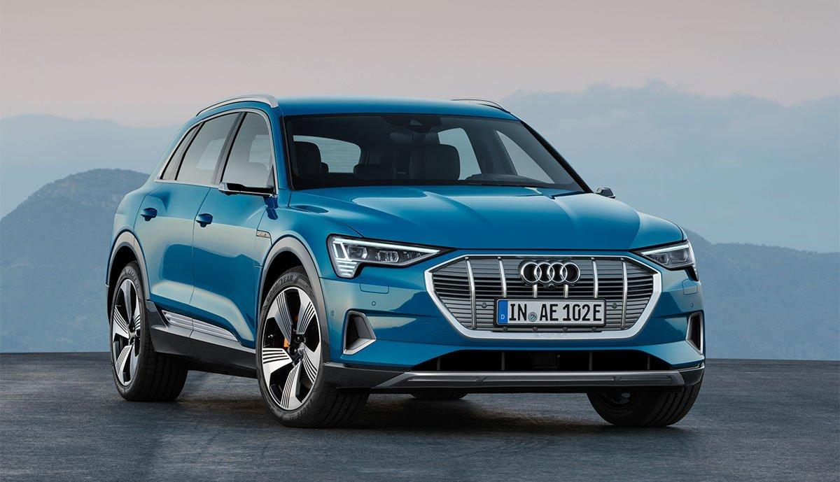 Audi e-tron vor Tesla Model 3 > teslamag.de