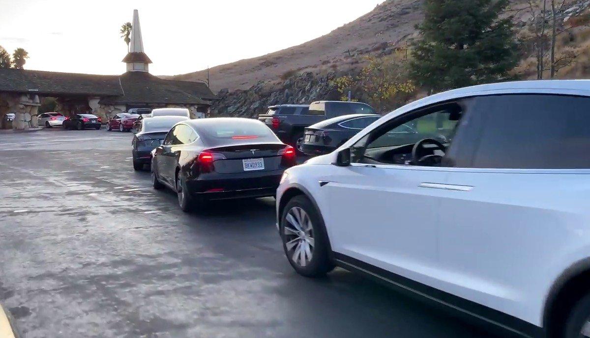 Überfüllte Tesla-Supercharger im Weihnachtsverkehr > teslamag.de