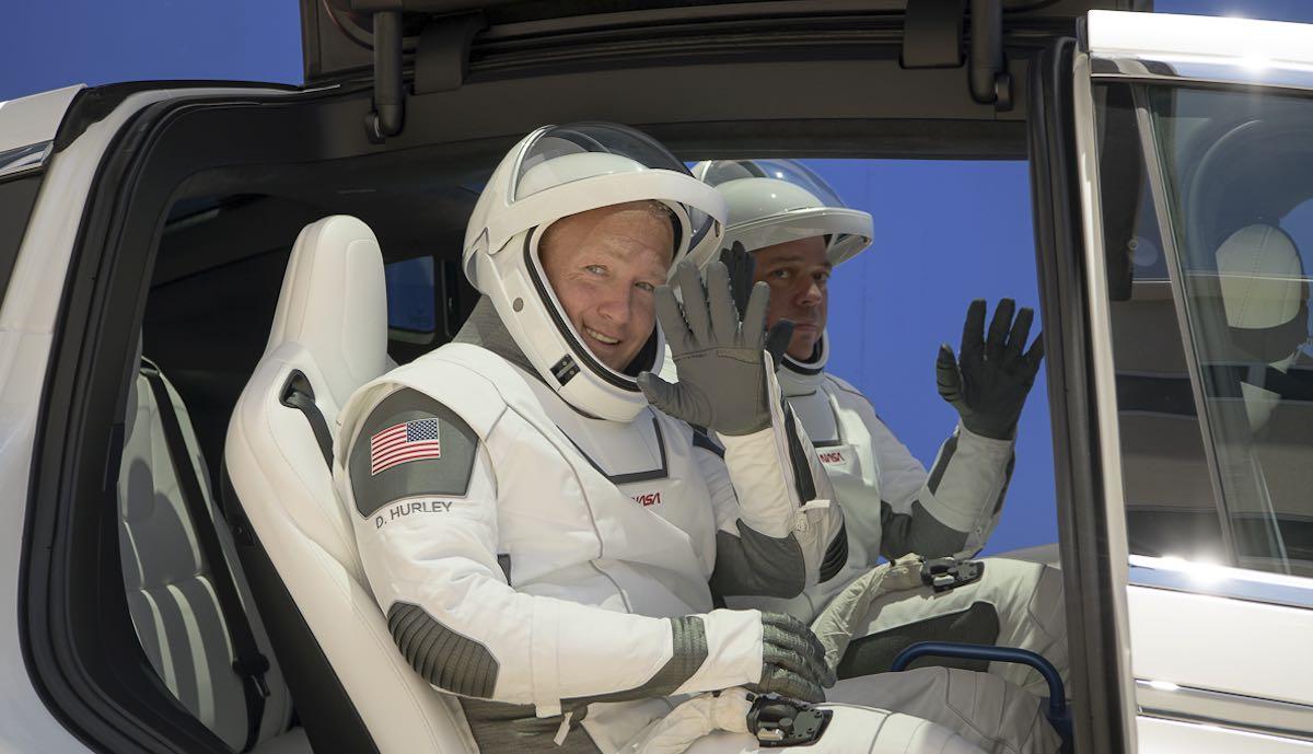 spacex tesla model-x astronauten