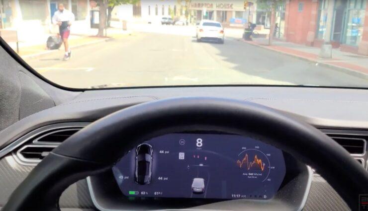 tesla autopilot jogger bildschirm