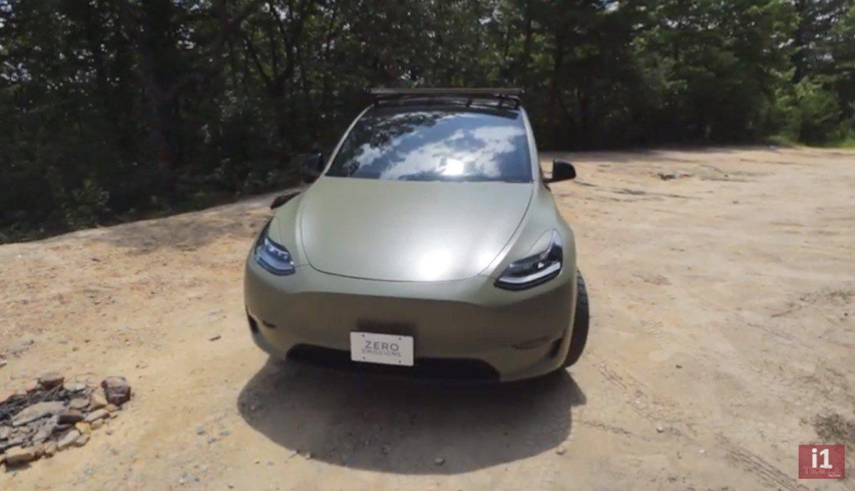 Tesla Model Y mit Offroad-Umbau und Militär-Folie > teslamag.de