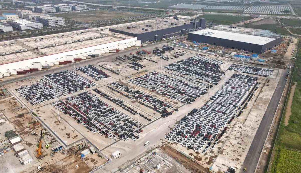 tesla gigafactory china parkplatz