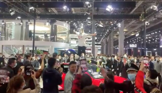 tesla stand auto shanghai protest bremse