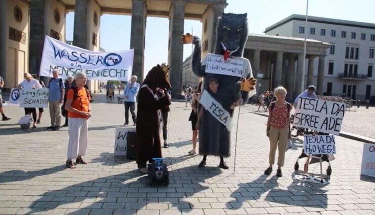 wassertafel brandnburger tor tesla protest